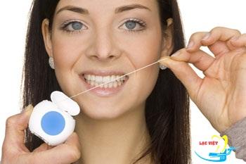 Dùng chỉ nha khoa để vệ sinh khe nhỏ là cách chăm sóc răng implant