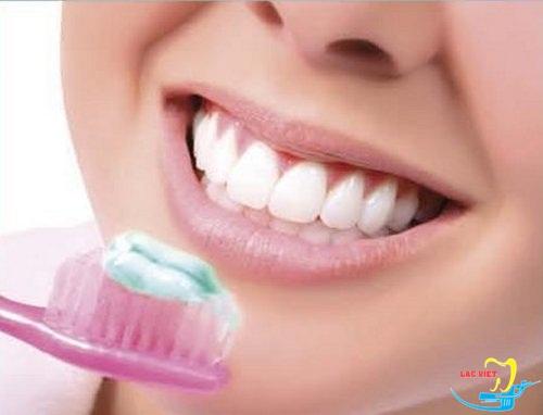 Chăm sóc răng implant bằng cách đánh răng ít nhất 2 lần / 1 ngày